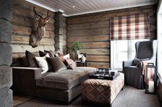 Bra väggfärg. Vitt tak snygg färgskala på soffa o gardin.