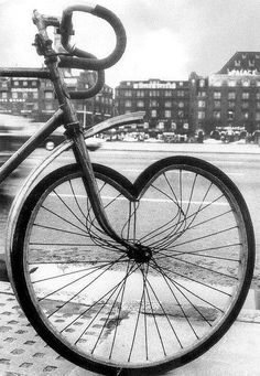 beautiful and strange bicycles Heart In Nature, Heart Art, Most Beautiful Pictures, Cool Pictures, Beautiful Legs, Yves Montand, I Love Heart, Bicycle Art, Cycling Art