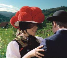 Der Bollenhut! Die traditionelle Gutacher Tracht symbolisiert wie kaum etwas anderes den Schwarzwald. Foto: Tourist-Information Gutach Hauptstraße 38 77793 Gutach (Schwarzwald)