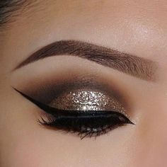 Every makeup junkie should know these incredible eyeliner tips! Eyeliner is such a major part of our Sexy Eye Makeup, Cute Makeup, Glam Makeup, Pretty Makeup, Eyeshadow Makeup, Beauty Makeup, Gold Eyeshadow, Makeup Brushes, Makeup Set