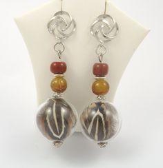 Boucles d'oreilles globe verre, plumes de faisan véritables, puces metal argenté, perles : Boucles d'oreille par long-nathalie