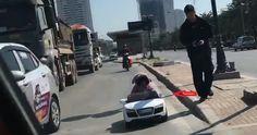 Thót tim cảnh bố cho con lái ôtô đồ chơi trên đường đầy xe tải