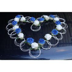 Décoration-voiture-mariage-coeur-bleu-et-blanc sur www.bouquet-de-la-mariee.com Coeur pour la voiture des mariés, taille 80cm x 80cm Compositions de mariage fait avec un mélange de roses couleur blanc et bleu royal Du rotin blanc, des perles blanches et du raphia!