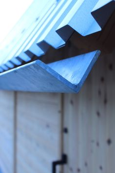 John-Roe LunaJohn-Roe Luna WHAT IS ROOF CLADDING? Rooftop cladding includes the use of a waterproof layer which is basically introduced to anticipate dampness deve. Detail Architecture, Interior Architecture, Minimalist Architecture, Chinese Architecture, Futuristic Architecture, Contemporary Architecture, Interior Design, Casas Containers, Roof Detail
