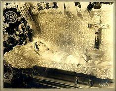 https://flic.kr/p/fqWEZw | Post mortem | Dead lady in repose