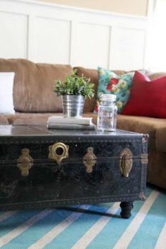 Alter Koffer einfach mit Füßen versehen - fertig ist der Wohnzimmertisch!