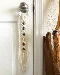 Macrame Design, Macrame Art, Macrame Projects, Macrame Knots, Diy Craft Projects, Yarn Crafts, Diy Crafts, 7 Chakras, Macrame Bracelet Tutorial