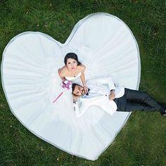 ◌ ❁˚ ウェディングドレスを着たら、 一度は撮りたい憧れのポーズはこちら💓 * ドレスでハートを作るショットですよね💓💖 真上から撮影して貰えば、 こーーーんなに綺麗な#ハート型 ✨ 新郎にも寝転んでもらって、 2人の大きな愛を写真に残しましょう🌷💫 ◌ ❁˚ Photo by @cekomagazine #プレ花嫁#結婚式準備#ウェディングフォト#ウェディングドレス#ハート#ロケーションフォト#前撮り#後撮り#プロポーズ#エンゲージメントフォト#婚約#婚約中#marryxoxo