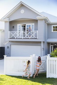 This beautiful home in Brisbane has been custom designed to suit a young family, in both style and lifestyle. Photography: Elouise Van Riet Gray www. Exterior Color Schemes, Exterior House Colors, Exterior Design, Die Hamptons, Hamptons Style Homes, Weatherboard House, Queenslander, Style At Home, Custom Built Homes