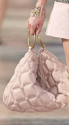 Chanel resort 2017 - Like the Chloe 'It' bag as well as other designers I think we have to try to feature this ring handle in bags somewhere.