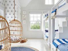Strandhaus de estilo Hamptons en Amagansett New York Built In Bunks, Built In Bed, How To Dress A Bed, Bunk Rooms, Beach House Decor, Beach House Rooms, Lake House Bedrooms, Beach House Interiors, New Room