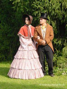 Biedermeier Bekleidung - Kostümverleih - 1815-1848 Als die Familienstruktur noch patriarchalisch war, trug der Herr meist einen Gehrock oder eine Frackähnlichen Jacke. Diese unterscheiden sich jedoch im grossen und ganzen von jenen Modellen, welche später in der Belle Epoque getragen wurden.  Gab es 1815 meist noch Hosen mit Latz, verschwanden diese gegen Mitte des 19. Jahrhunderts komplett und wurden durch den Hosenschlitz ersetzt. #biedermeier #kostuemverleih #patsUniform #Basel…