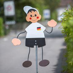 Tschlaaand! Bist Du bereit für die Fussball Europameisterschaft? Wir haben den perfekten Fan-Artikel für unsere Deitschland-Fans! Fussball Strassenfigur Deutschland-Trikot | Q-Design der Quellenhof-Stiftung, produziert an geschützten Arbeitsplätzen in Winterthur, Schweiz