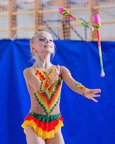 Рита #фотокустова #художественнаягимнастика #гимнасткисосновогобора #хг #первенстволенобласти купальник сшит @olgapetrova_rg #булавы