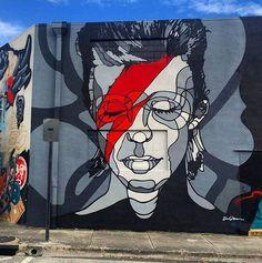 """""""J'aime le rock'n'roll. Tout ce que j'ai dit jusqu'ici à ce propos était faux. Je l'aime. Je l'aime parce que c'est rempli de menteurs. Jamais dans ma vie je n'ai été dans un milieu où je pouvais dire autant de bobards et m'amuser tellement en le faisant."""" David Bowie street art."""
