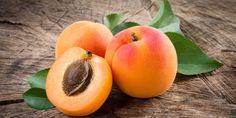 Aprikosen enthalten besonders viel der sogenannten Carotinoide. Die braucht der Körper, um Vitamin A zu bilden – ein wichtiger Vitalstoff für unser Immunsystem. Es schützt auch die Haut vor UV-Strahlen und unsere Venen und Adern vor gefährlichen Gefäßablagerungen. Schon vier bis fünf frische oder etwa sechs getrocknete Aprikosen decken den Tagesbedarf von etwa einem Gramm.