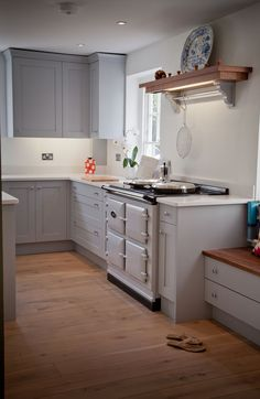 Pearl Ashes colour Aga in lay-on handpainted kitchen with quartz tops