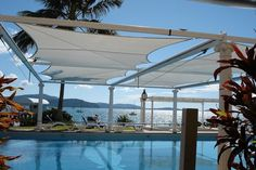 protection-solaire-piscine-jardin-toiles-tendues-blanches