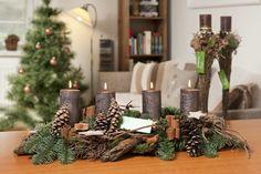 Adventní svícen s chvojím s svíčkami