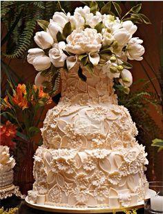 Bolo de casamento com top repleto de flores em açucar, decorado em flores 3D. Salve o site www.simoneamaral.com em favoritos, curta www.fb.com/simoneamaralpatisserie e siga no www.instagram.com/simoneamaralofficial