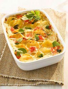A rakott csirkemell a rakott krumpli továbbgondolt változata. Sok sajttal az igazi.