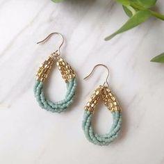 Beaded earrings gold and mint Seed Bead Jewelry, Bead Jewellery, Seed Bead Earrings, Wire Jewelry, Beaded Earrings, Jewelry Crafts, Jewelery, Beaded Bracelets, Hoop Earrings