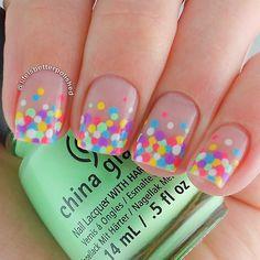 O efeito colorido vem de mini confetes colocados após o esmalte secar. Lembre sempre de passar uma base brilhosa por cima de qualquer aplicação nas unhas, assim elas se mantém por mais tempo.