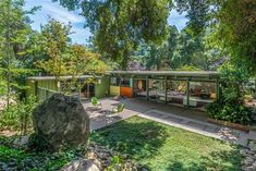via Mid-Century Modern Home – Richard Leitch California Home. A beautiful home from 1954 in the International Style. Notice how the house is less severe than some International Style homes du… Mid Century Modern Design, Modern House Design, Mid Century Landscaping, Mid Century Exterior, Modern Exterior, Exterior Design, Retro Home Decor, California Homes, Mid Century House