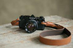 「カシェ・ワイド」 レザーカメラストラップ /全6色 - レザーのカメラストラップ・カメラバッグ - Acruオンラインショップ