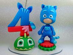 Topo de bolo com vela e boneco personalizado, feitos em biscuit Medidas da boneco:11 cm altura ( medidas aproximadas) pode ocorrer pequenas variações**** Medidas da vela : 11 cm de altura ( medidas aproximadas) pode ocorrer pequenas variações**** Medida da base : 14 cm X8cm (oval transparente ... Birthday Cupcakes, Birthday Party Themes, Pj Max, Festa Pj Masks, Fondant Decorations, Baking Cupcakes, Pasta Flexible, Cake Toppings, Cupcake Toppers