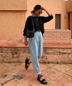 María Valdés - jeans - grandpa-jeans - verão - street-style # Fashion style O mom jeans evoluiu Mode Outfits, Jean Outfits, Fashion Outfits, Fashion Trends, Fashion Styles, Fashion Clothes, Fashion Jeans, Style Clothes, Girl Clothing