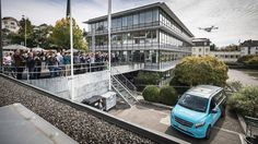 %TITTLE% -                            The drones land on top of the vans in Zurich. They then fly back to pick up another package.                         After teasing the idea of drone-based deliveries on the Vision Van concept, Mercedes-Benz now has a real-world demo of the tech on a Vito (known as the... - https://carpicture.info/mercedes-trials-drone-delivery-service-with-vito-van.html