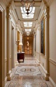 Geniş koridorlar, altın detaylar ve mozaik süslemeler...
