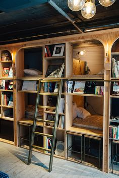 Amazingly inventive book and bed shelves. Cosy, fun, great space use. Bunk Rooms, Bunk Beds, Cafe Design, House Design, Interior Design, Book Cafe, Dormitory, Tiny Spaces, My New Room