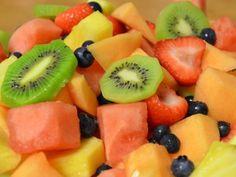 Receta de Coctel de Frutas de Colores | Delicioso coctel de frutas de colores tan llamativo, que a todos los niños les gustará. Prepara ésta receta para el lunch, de postre o como una cena ligera.