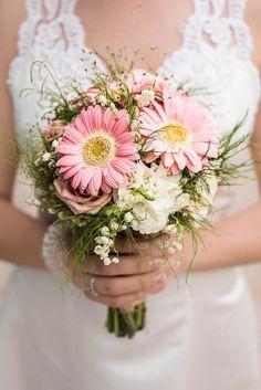 Bouquet de mariée Gerbera - Galerie d& , Gerbera Wedding Bouquets, Daisy Bouquet Wedding, Gerbera Daisy Bouquet, Cascading Bridal Bouquets, Spring Wedding Flowers, Bridesmaid Bouquet, Marie, Gerber Daisies, Orange Pink