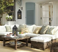 déco de terrasse avec lanternes métalliques et coussins