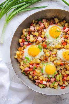 MIC DEJUN ȚĂRĂNESC CU CARTOFI ȘI OUĂ PRĂJITE I Rețetă + Video – Valerie's Food Cobb Salad, Bacon, Ethnic Recipes, Salads, Pork Belly