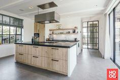 Houten keuken inrichting met inbouwapparatuur