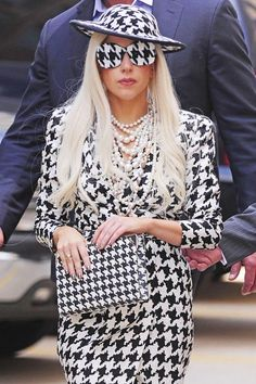 """9ad339ec114 """"Poker Face"""" singer looked very advanced and stylish"""