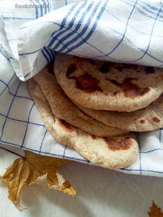 Naan integrali - pane fatto in padella. Aromatico, denso, ricco di sapore, questo pane indiano, con l'aggiunta della farina integrale, si prepara in pochi passaggi.