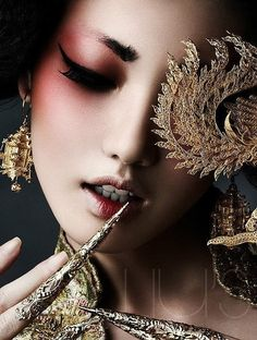 Inspiration japonaise/ geisha - Red eyeshadow Perfect make up look too for RuZaa Shred Art Make Up Looks, Beauty Makeup, Eye Makeup, Hair Beauty, Geisha Makeup, Gold Makeup, Makeup Style, Beauty Art, Make Up Art