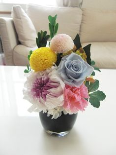 写真立ての横にそっと置ける、仏花アレンジです。オーダー品のため、ローズが入っていますが花材の種類やお色は変更可能です。ご相談ください。クリアBOXにお入れして...|ハンドメイド、手作り、手仕事品の通販・販売・購入ならCreema。