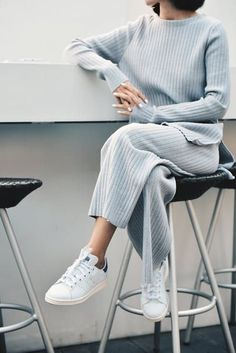 Minimal Fashion Style Tips. Minimal fashion Outfits for Women and Simple Fashion Style Inspiration. Minimalist style is probably basics when comes to style. Look Fashion, Hijab Fashion, Korean Fashion, 70s Fashion, Fashion 2020, Mode Ootd, Mode Hijab, Komplette Outfits, Casual Outfits