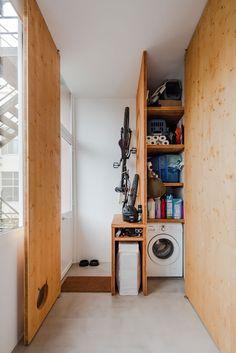 Decoração de apartamento pequeno, decoração minimal, paredes brancas, porta de madeira, lavanderia, área pet.