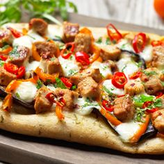 This easy Flatbread Pizza recipe packs a spicy punch. Topped with deliciously healthy Quorn Meat Free Chicken Pieces, peppers and mozzarella. Quorn Recipes, Beer Recipes, Veggie Recipes, Gourmet Recipes, Vegetarian Recipes, Healthy Recipes, Veggie Meals, Veggie Food, Dinner Recipes