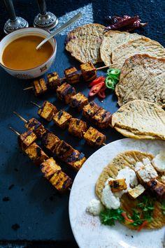 vegane Tandoorispiesse: Tandoori Tofu mit würzigen Naan-Broten aus Kochbananen