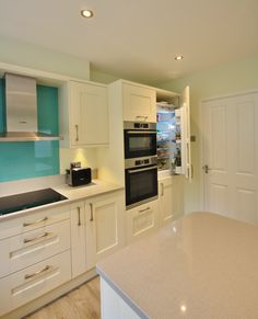 Kitchen Style – Kitchen Stori Windsor Shaker in Ivory, Silestone Quartz worktop, up-stands and window sills in Alumino Nube. Bosch Integrated appliances, completed with a toughened glass spla…