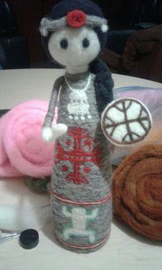 Mujer Mapuche en Vellón agujado Felt Diy, Felt Dolls, Needle Felting, Different Styles, How To Make, Crafts, Recycled Crafts, Faeries, Feltro