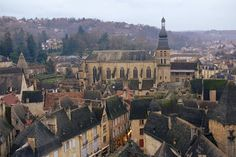 Sarlat, en le Périgord vue d'en haut. Having rehabilitated the Church Sainte-Marie in the covered market, the architect Jean Nouvel in 2012 equipped the tower of the building with a great glass elevator . Once at the top, the panoramic view of the cobbled streets and roofs covered with Lauzes (local roof tiles) is breathtaking. © Jennifer Durand